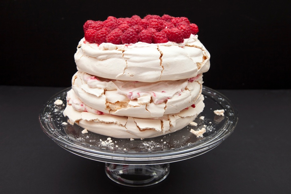 Meringue & berries cake 2