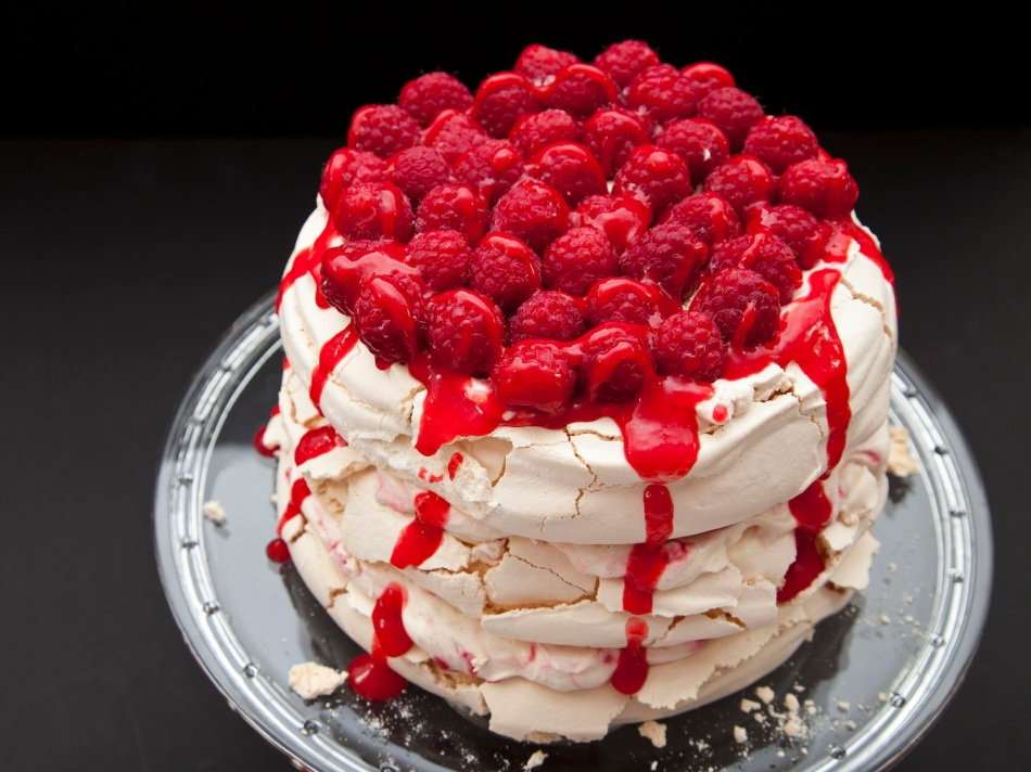 Meringue & berries cake 5
